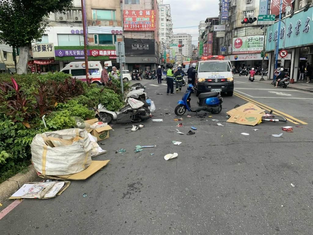 新莊復興路嚴重車禍,82歲腳踏車騎士遭撞命危急救中(警方提供/戴上容新北傳真)