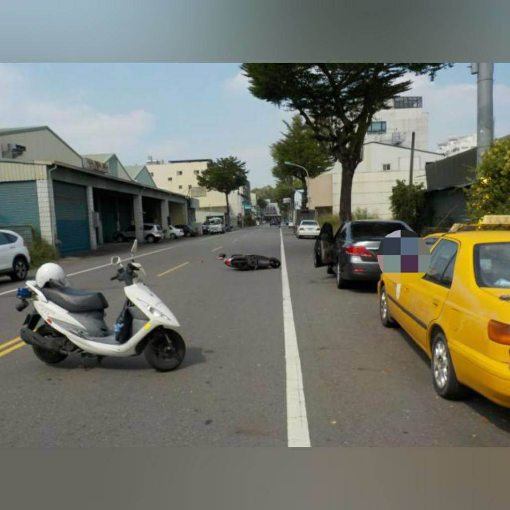 停在路邊自小客車駕駛疑似突然開啟車門,致後方騎機車的程女撞上倒地,頭部受創不治。(警方提供/曹婷婷台南傳真)