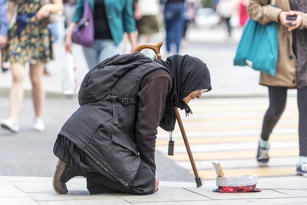 57歲殘疾老婦沿街行乞 警一查竟是「擁5房產」富豪(示意圖非當事者/達志影像)