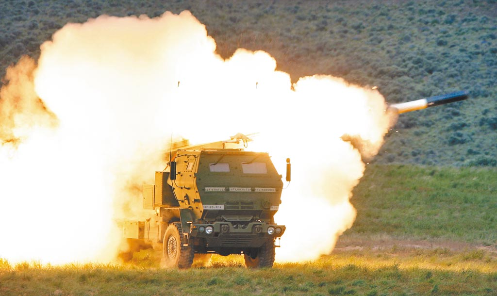 美國國防安全合作署(DSCA)日前宣布3筆對台軍售案,大陸昨日則對參與對台軍售的洛克希德馬丁、波音防務、雷神等美國企業實施制裁。圖為海馬士多管火箭系統(HIMARS)。(美聯社)