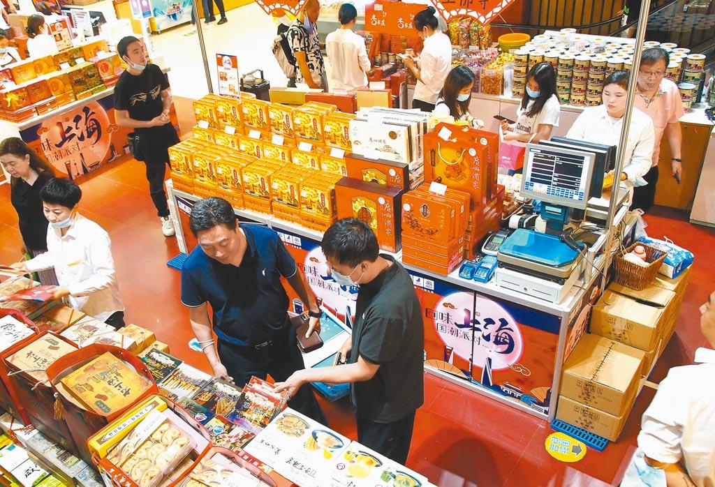 「十四五」的主線將是「雙循環」。圖為消費者在上海南京路商店選購食品。 (新華社)