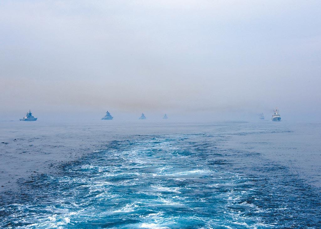2019年5月4日,中俄「海上聯合─2019」軍事演習結束。圖為中俄軍艦在分航儀式上。(新華社)