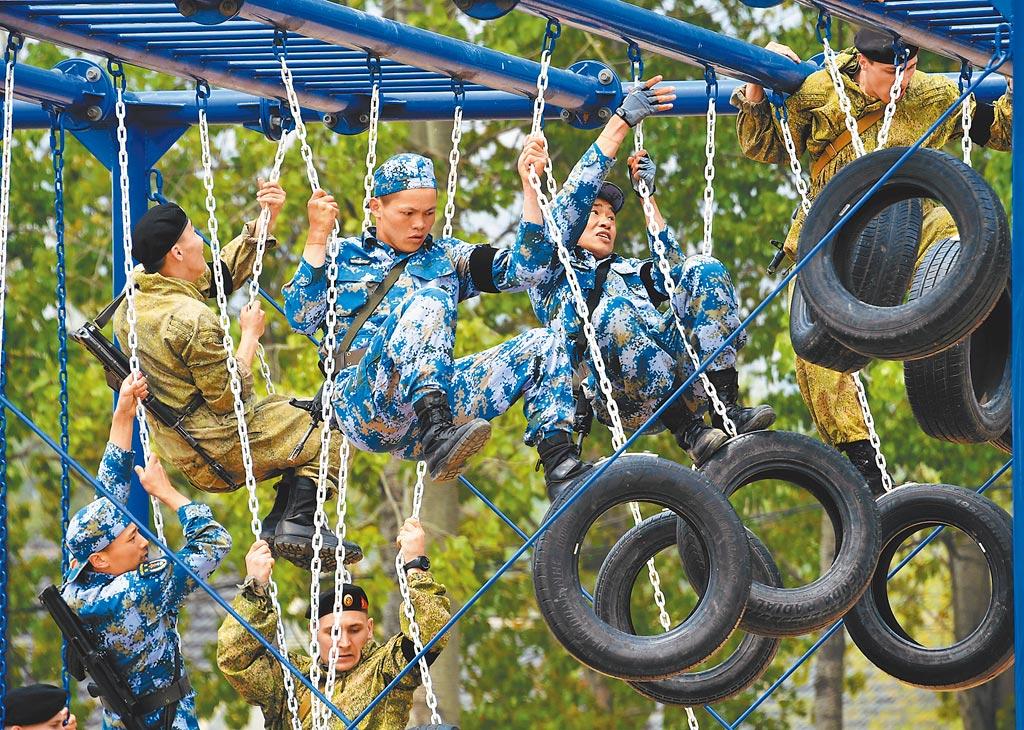 2019年4月30日,中俄海上聯演舉行陸戰分隊軍事競賽,雙方隊員在400公尺越障競賽中。(新華社)