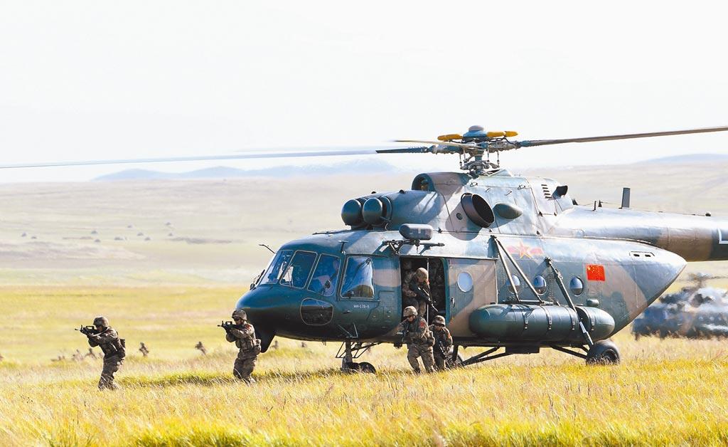 2018年9月12日,俄羅斯「東方─2018」軍演,中方參演直升機搭載特戰隊員實施訓練。(新華社)