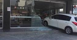 女員工上班竟「開」進超商 油門當剎車猛撞玻璃全毀