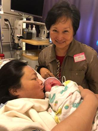 名導吳宇森樂當爺爺 大女兒試管懷孕產混血娃