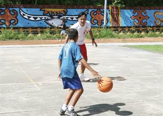 艾力克斯偏鄉送愛 靠籃球3招變身孩子王