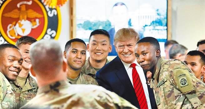 美國總統川普與美軍合照。(圖/路透社,資料照)