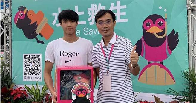 未滿18歲的黃繼佑(左),在不會游泳、擔任校長的父親黃善祺(右)陪同訓練下,今年全民運動會代表屏東縣參加游泳項目奪得金牌。(圖/黃善祺提供)