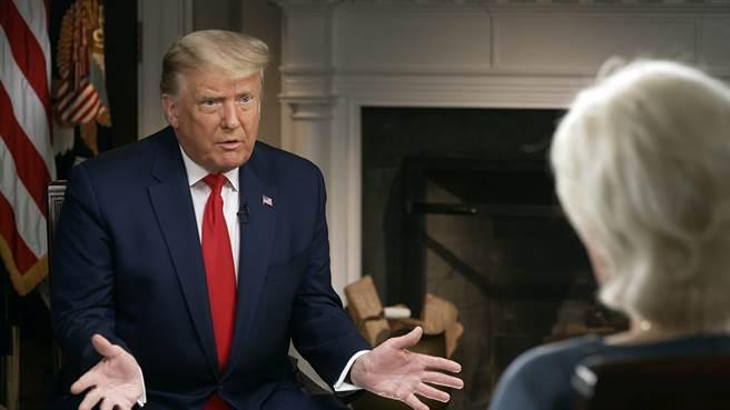 美國總統川普10月20日接受「60分鐘」(60 Minutes)節目主持人史塔兒(Lesley Stahl)專訪的神情。(美聯社/「60分鐘」)