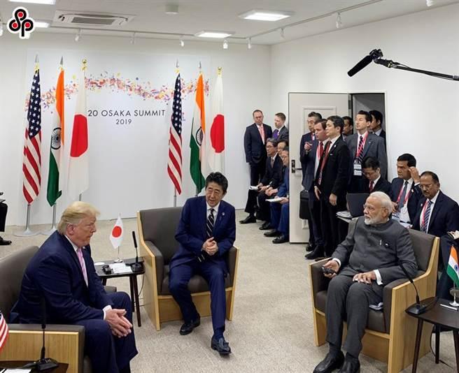 陸學者指印度選擇了一條高風險戰略路徑。圖為去年6月28日印度總理莫迪(坐者右)、日本首相安倍晉三(坐者中)和美國總統川普(坐者左)在大阪舉行日美印三邊會談。(印度總理辦公室提供/中央社)
