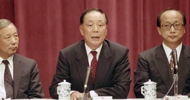 高齡89歲的總統府前資政徐立德(中),與音樂家陳怡伶發展「第二春」,如今卻訴訟不斷。(本報資料照)