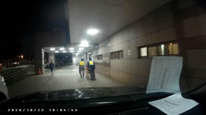 勤工派出所警员看到洪男表情痛苦蹲坐在路旁立即上前关心,并借来轮椅,火速将他推往急诊室救治。(台中市第三分局提供/冯惠宜台中传真)