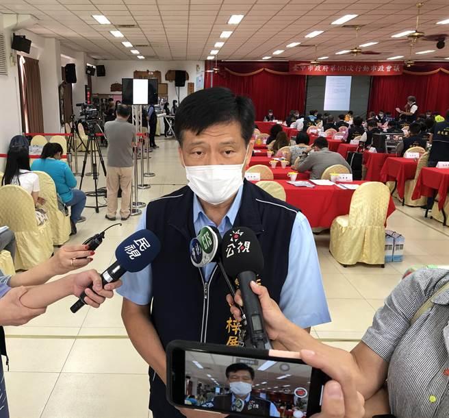 台中市衛生局長曾梓展說明,51歲林姓男子目前的狀況。(馮惠宜攝)