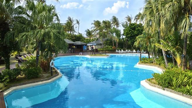 「墾丁凱撒大飯店」戶外椰林泳池。(凱撒飯店連鎖提供)