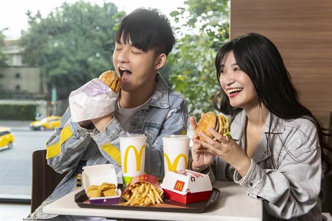 麥當勞振興券新推一波,包括「買1送1」、「超爽大餐100元起」等優惠。(麥當勞提供)