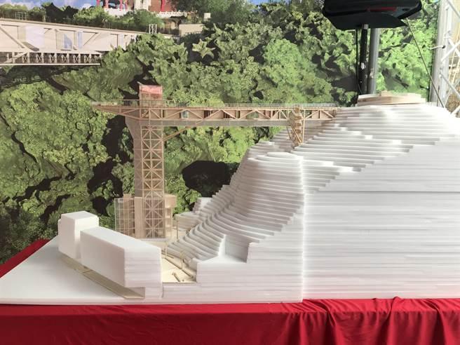 基隆市政府推動「基隆山海城串聯再造計畫工程」,計畫在義二路及信四路交叉口,興建立體豎道及高架人行棧橋。(陳彩玲攝)