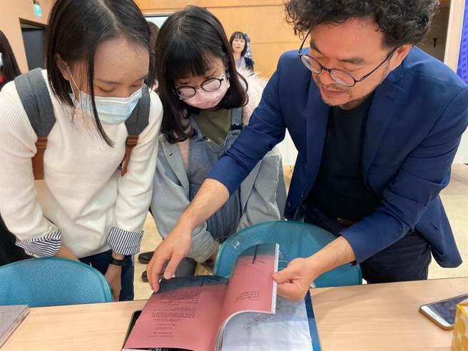 現場邀請台灣攝影大師鄧博仁,教導學生們攝影技巧及觀念。(楊宜臻攝影)