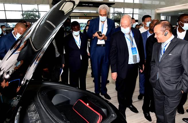 本月13日,參與大陸主辦國際研討會的外賓,參觀寧德時代的電動車電池產品。(中新社)