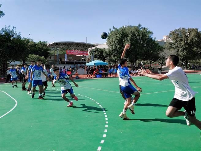 台中市長盃手球錦標賽在崇倫國中舉行三天,吸引46隊、近800人參賽。(台中市府提供/盧金足台中傳真)