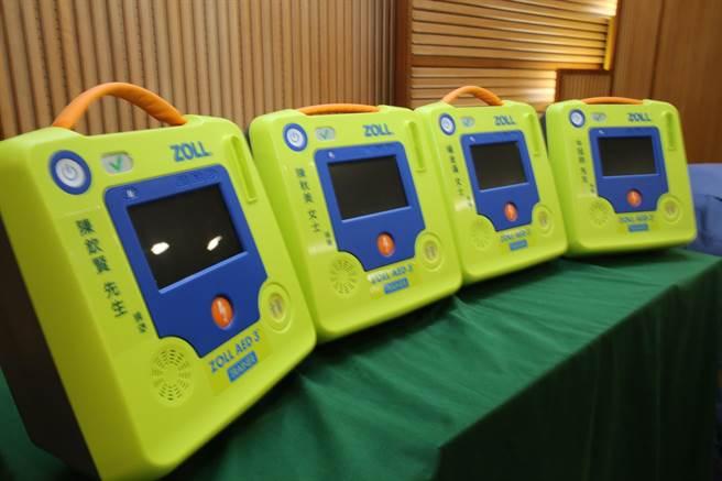 門諾醫院獲贈4台新式AED訓練機,未來將媒合各鄉鎮公所宣導急救教育,協助偏鄉民眾學習急救技能。(門諾醫院提供/羅亦晽花蓮傳真)