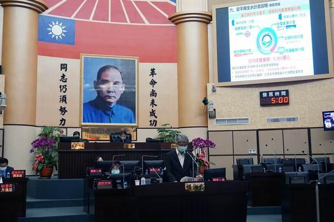 台南市議會定期大會邀請市府水利局長韓榮華進行「安平再生水廠規畫方案」專案報告。(市議會提供/洪榮志台南傳真)