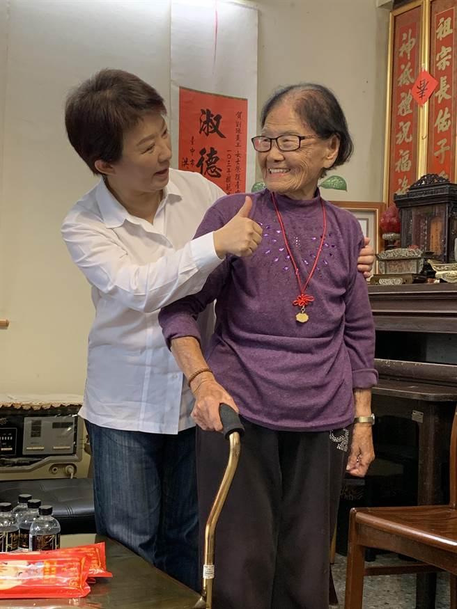 台中市長盧秀燕(左)去年重陽節探訪台中市最高齡國寶級人瑞張姓阿嬤(右),致送賀禮,阿嬤樂開懷。(台中市府提供/陳淑芬台中傳真)