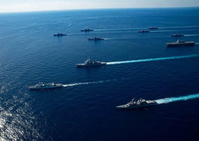 美日銳劍-21聯合軍演有數十艘艦船與數百架戰機參加,各軍種參演人數達4.6萬人。(圖/美軍太平洋司令部)