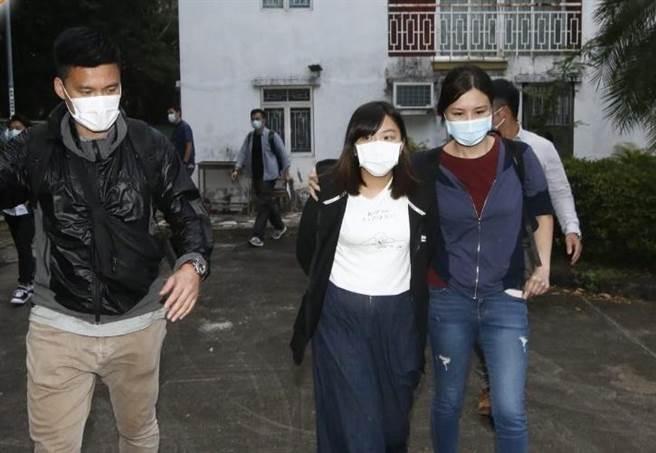 香港學生動源另2名成員何忻諾(17歲,前排中)及陳渭賢(16歲),於前往美國領事館尋求庇護未果後,下午到警署報到後被逮捕。(圖/東網)