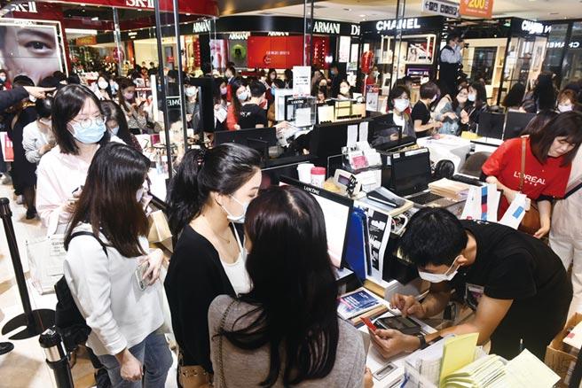 新光三越台北信義新天地周年慶22日登場,十一點鐘營業時間一到,許多前來購物的民眾迫不及待的衝入會場。圖/本報資料照片