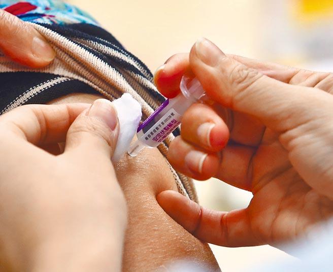 新加坡25日率全球之先,暫停使用2款流感疫苗。圖為台灣公費流感疫苗今年出現搶打潮。(劉宗龍攝)