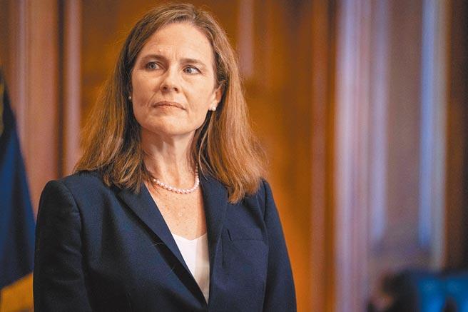 美國聯邦參議院26日傍晚,就川普的大法官提名人選巴雷特女士進行確認表決。(路透)