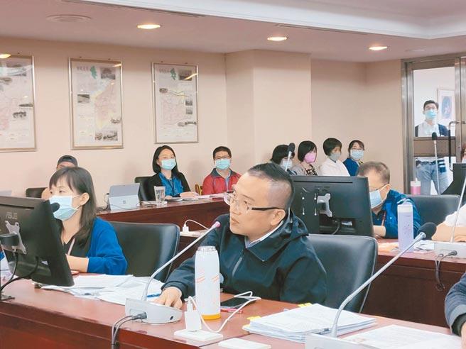 台北市社會局長周榆修(前右)26日赴議會民政委員會,專案報告社會局機構及委託經營老人福利機構的管理機制精進策略。(張立勳攝)