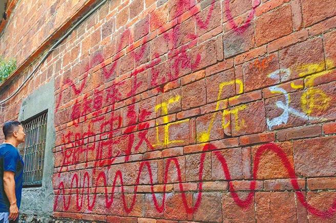 屏東潮州鎮摸乳巷的百年老厝紅磚牆壁近日竟遭人噴漆塗鴉,難以清除,讓屋主十分火大,網友也痛批「水準太低!」(潘建志攝)