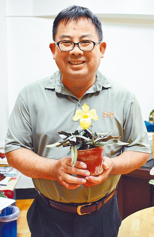 長期推廣蘭花育種的屏東縣九如鄉農會總幹事龔泰文。(林和生攝)