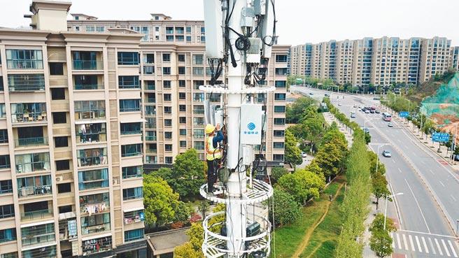「新基建」料列十四五規畫重點,圖為4月8日,工作人員在長沙市天心區進行5G基站施工。(新華社)