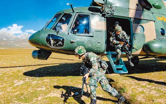 大陸西藏軍區某陸航旅進行綜合演練。(取自微博@解放軍報)