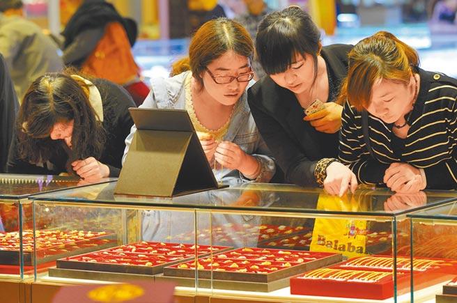 南京市民在選購黃金飾品。(中新社資料照片)