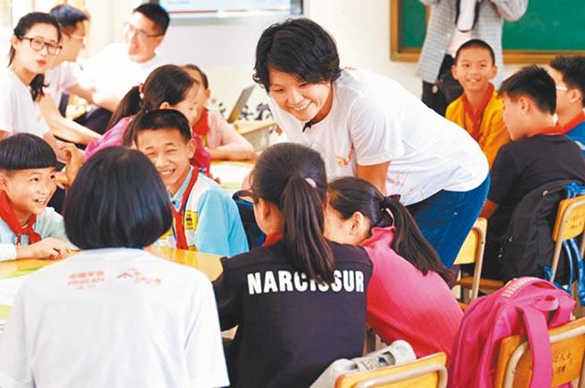 陳心穎至貧困山區進行教育扶貧。(取自新華網)