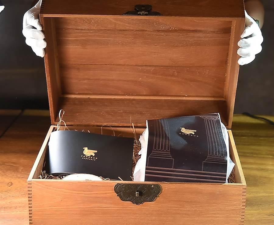 「帕修斯雞」珍貴稀有,透到餐廳時是用木盒盛裝,連屠宰後都被妥善「保護」。(圖/姚舜)