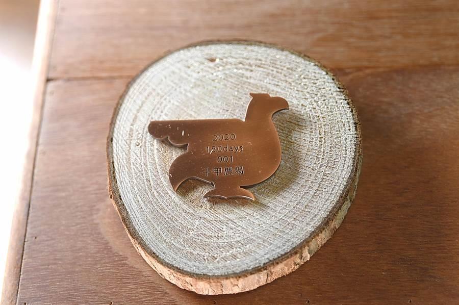 預計11月首發上市「帕修斯雞」,限量100隻,每隻皆有專屬的身份徽章與編號。(圖/姚舜)