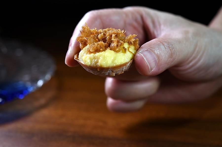 這開胃小食,塔中底層是山苦瓜、上層是炒蛋和炸酥帕修斯雞的雞皮。(圖/姚舜)