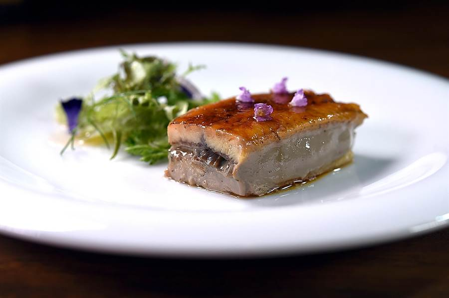 日式烤鰻魚中間夾了雞肝慕斯,〈Podium〉主廚Andy用了水上鄉紫蘇葉和梅山鄉的青梅提味。(圖/姚舜)