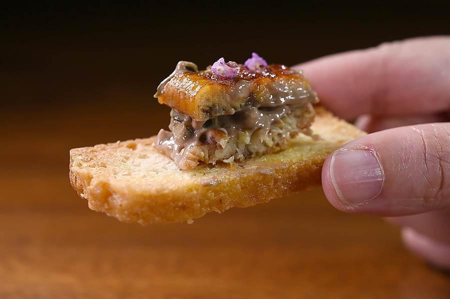 〈布袋鎮鰻魚/水下鄉紫蘇葉/梅山鄉青梅〉的烤鰻魚醬汁,也用到了乾式熟成醬油調製。(圖/姚舜)