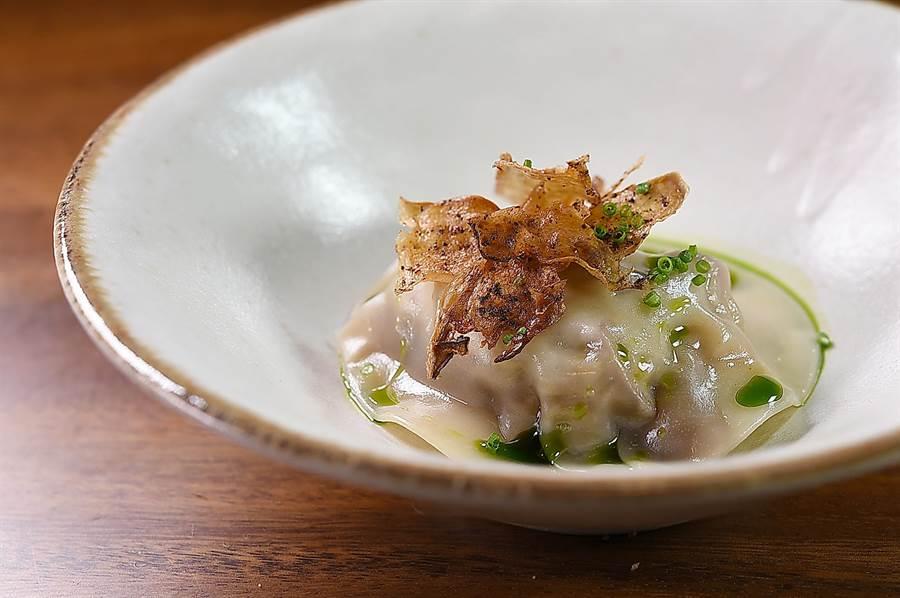 〈中埔鄉洋菇/旭嶺農場木耳/東石鄉杏鮑菇〉是以義式麵餃的「皮相」,呈現台灣優質食材的風味。(圖/姚舜)