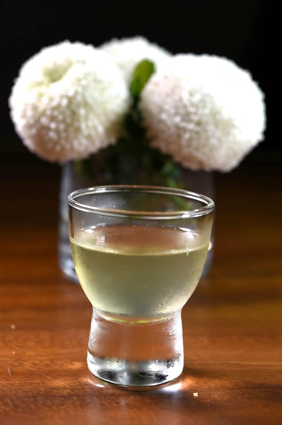 〈Podium〉的〈PERSEUS帕修斯全雞宴〉的清口飲,是用民雄金鑽鳳梨冰滴萃取的鳳梨汁,標榜一顆鳳梨只能萃取6小杯。(圖/姚舜)