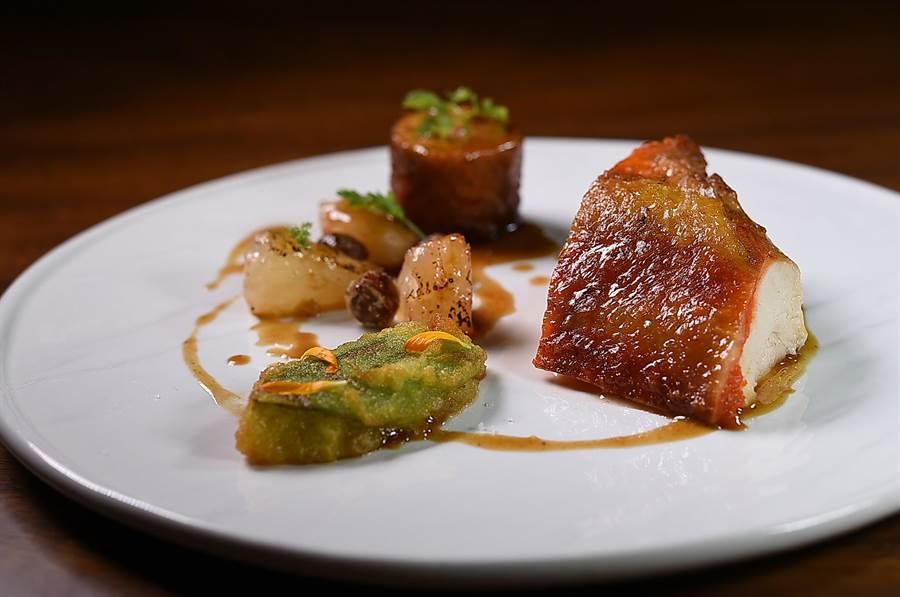 Podium私廚《PERSEUS帕修斯全雞宴》的雞胸肉,用了義竹鄉白柚、大埔鄉樹子和中埔鄉絲瓜搭配。(圖/姚舜)
