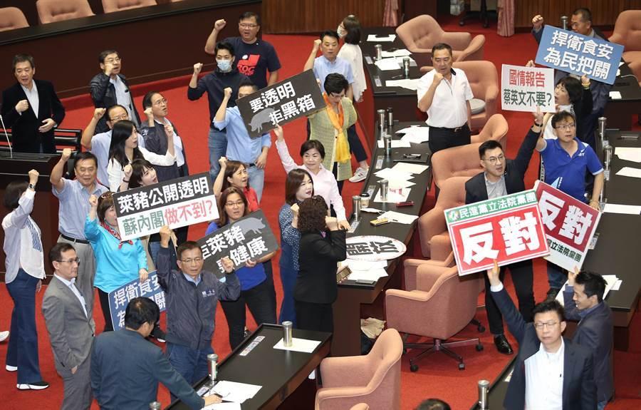 國民黨立委舉出標語並高喊「蔡英文來報告」、「拒絕黑箱,上台報告」等口號。(姚志平攝)