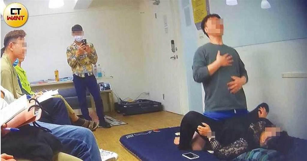講師實際操演各種「交歡體位」、「性愛技巧」,讓學員看得血脈賁張。(圖/本刊攝影組)