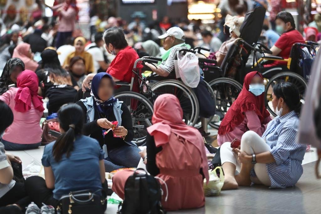 圖為外籍移工利用假日時間在台北車站大廳聚會。(圖/本報資料照片、劉宗龍攝)